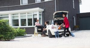 Foto auto en gezin, achtergrond bij financiering